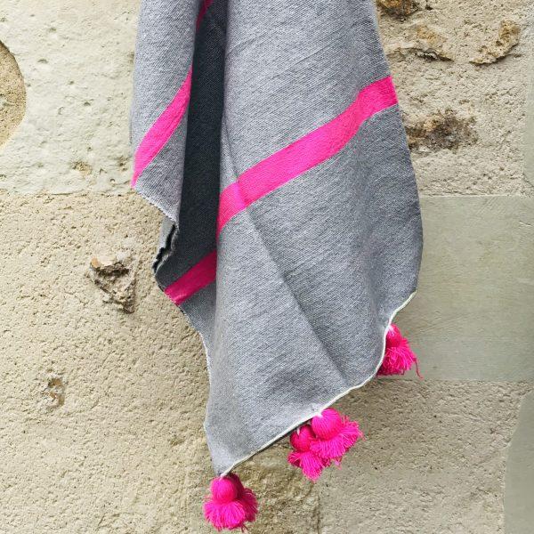 blanket-with-pom-poms